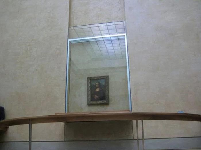 Картина Леонардо Да Винчи, спрятанная за пуленепробиваемым стеклом.
