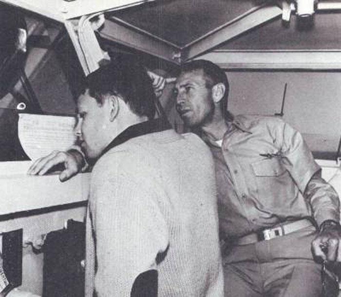 Капитан Моррисон и его сын Джим на мостике судна Bonhomme Richard в январе 1964г.