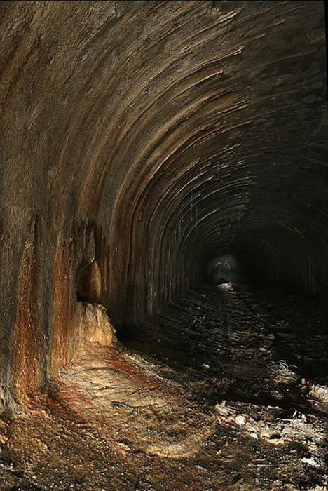 Бесконечные подземные коридоры без единого источника света.