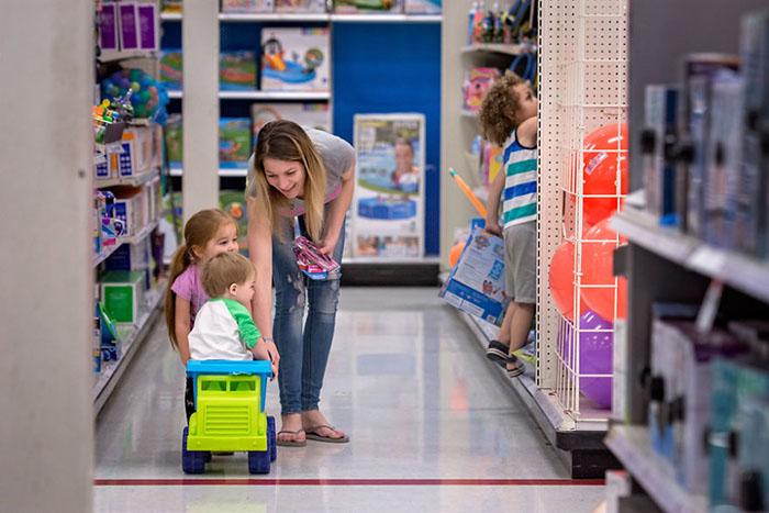 В магазине нужно найти баланс между развлечением дозволенным и отвлечением внимания от соблазнов.