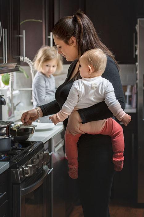 На самом деле не только готовить, а вообще все делать одной рукой.