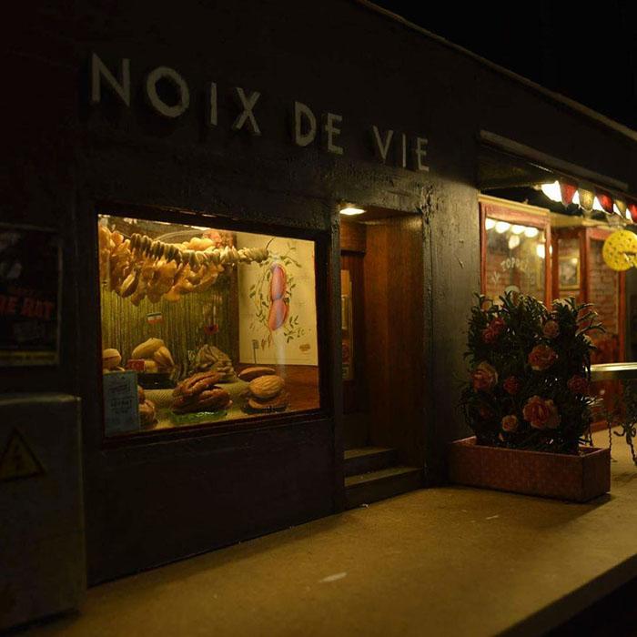 Магазинчик ночью.