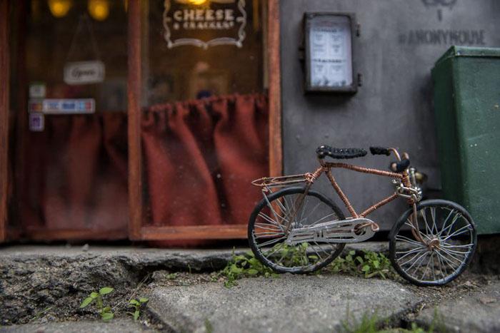 Припаркованный у входа велосипед.