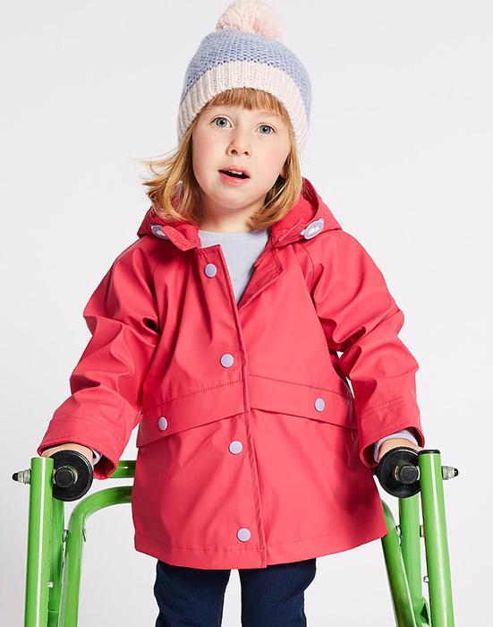 Внешне такая одежда почти не отличается от стандартной линии одежды компании для детей.