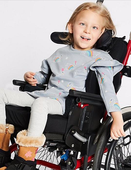 Дизайн новой одежды позволяет переодеть ребенка, даже когда он сидит в инвалидном кресле.