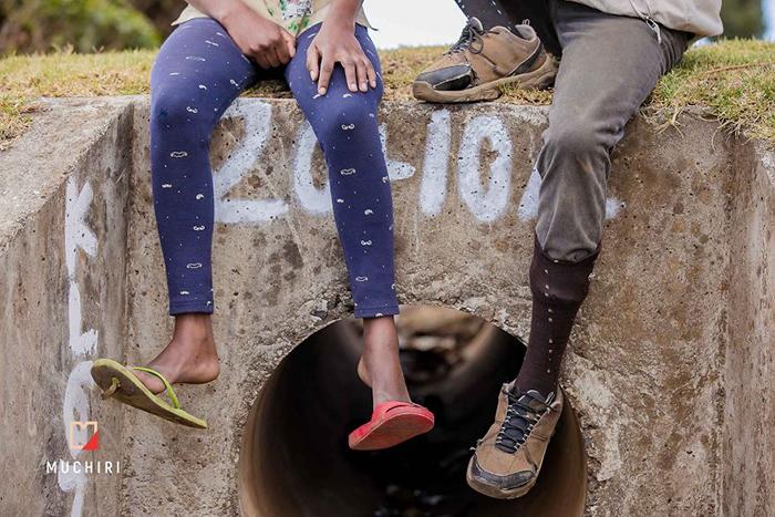 Фотограф наглядно показал, что разница между людьми, у которых есть достаток, и которые живут на улице, не такая уж и большая. Фото: Muchiri Frames.