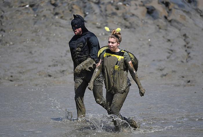 Бэтмен и пчелка преодолевают водную часть дистанции.
