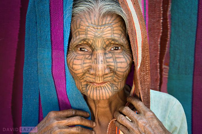 Татуированное лицо женщины из местного племени Чин.