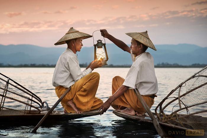 Рыбаки зажигают лампу.