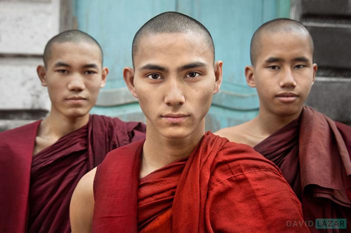 Три монаха в одном из монастырей города Янгона.