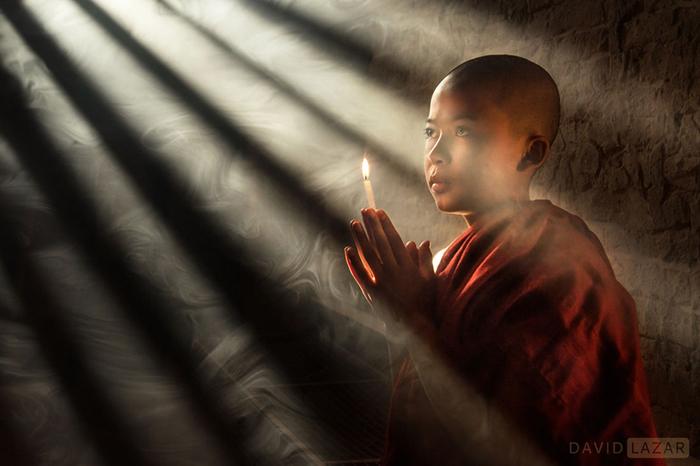 Молодой монах в городе Баган.