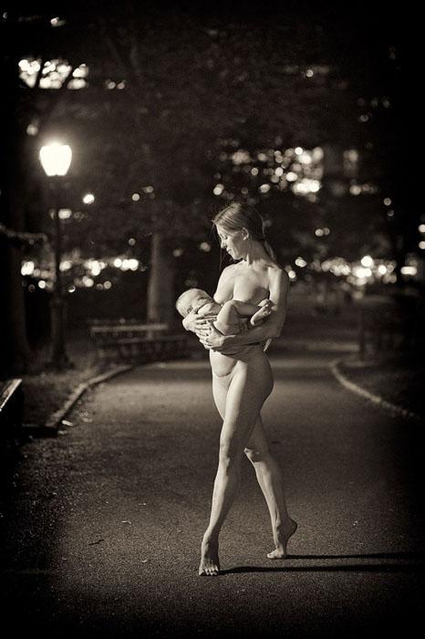 С ребенком на руках. Фото: Jordan Matter.