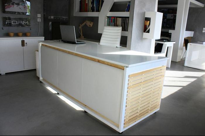 Элегантный рабочий стол белого цвета.