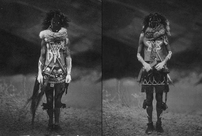 Слева: Мужчина из племени Навахо в церемониальном наряде божества Найенезгани. Справа: Тобадзичини, бог войны у племени Йебичаи, 1904.