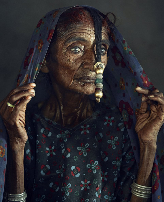 Пожилая женщина из племени Мир из Индии.