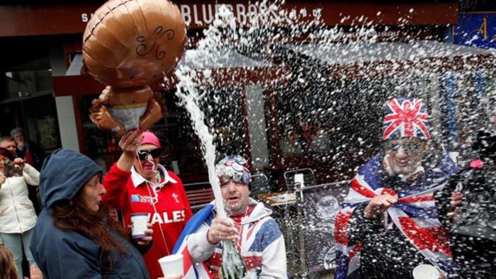 Британцы празднуют рождение ребенка принца Гарри.