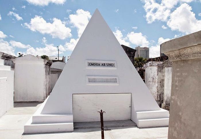 Могила для Николаса Кейджа.