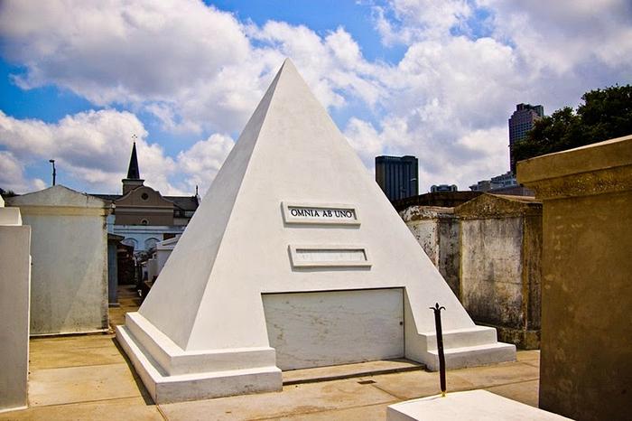 Удивительная пирамида на кладбище Сент-Луис.