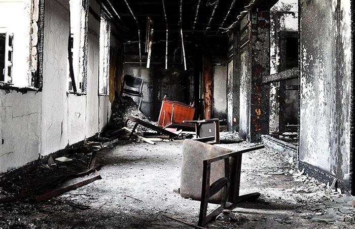 Сгоревший отель. Фото: Michael John Grist.