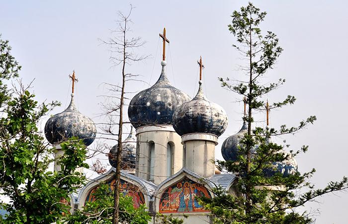 Церковь в парке построили по образу собора в Суздали.