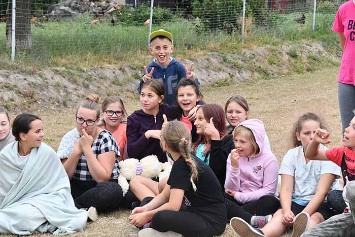 В школе учится много девочек и почти нет мальчиков.