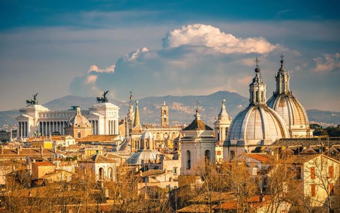 Рим не справляется с таким большим потоком туристов.