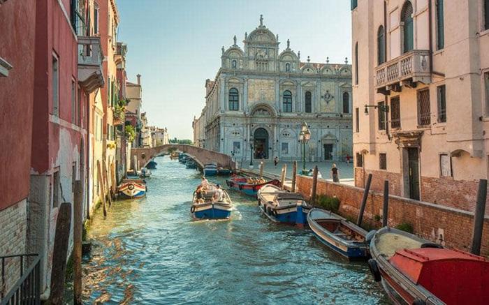 Жители Венеции протестуют против такого большого количества туристов.