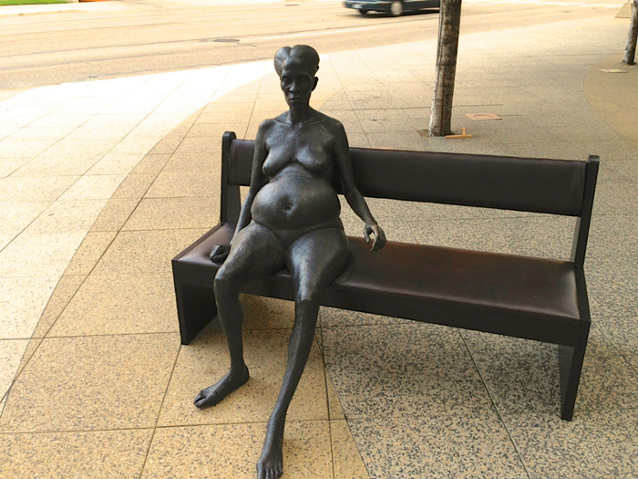 Голая женщина на скамейке -  Patrick McKearnan.