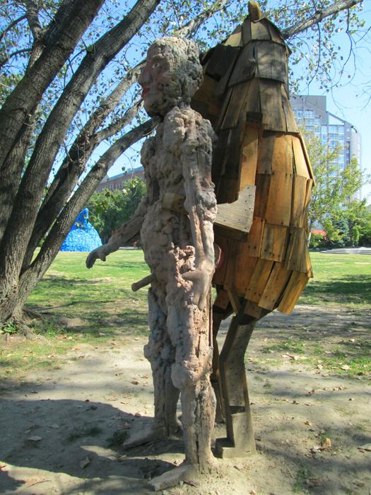 Нападение медведя в скульптуре исландского скульптора Thordis Adalsteinsdottir.