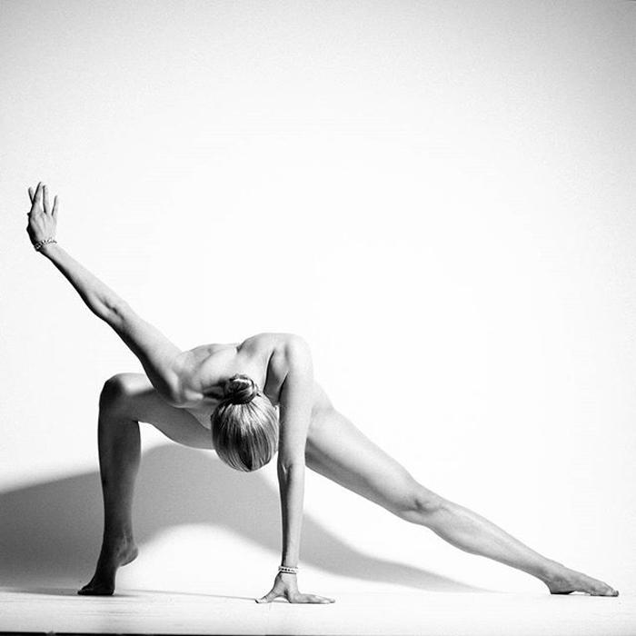 Nude Yoga Girl - один из самых популярных аккаунтов в инстаграме.
