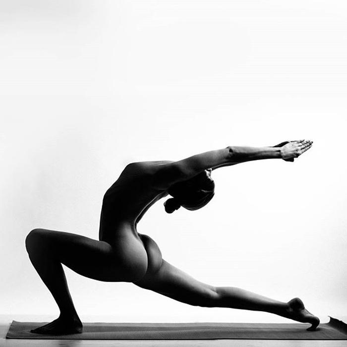 Стильные черно-белые фотографии Nude Yoga Girl.