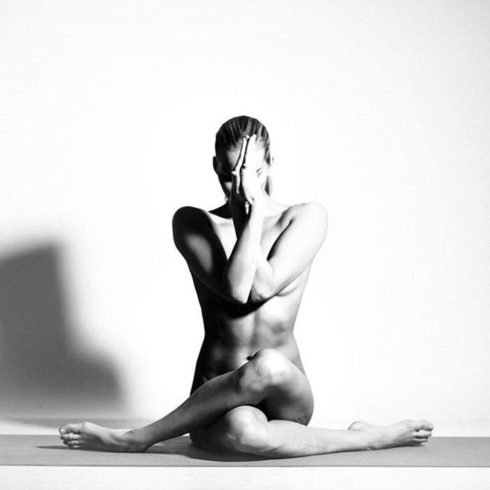 Черно-белые снимки от Nude Yoga Girl.