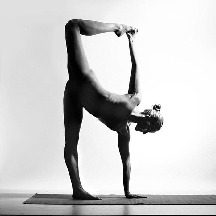 Занятия йогой от Nude Yoga Girl.