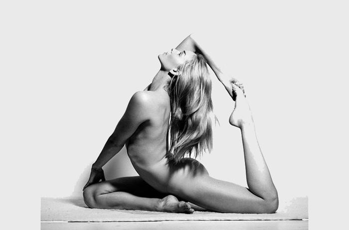 Nude Yoga Girl - йога без одежды.