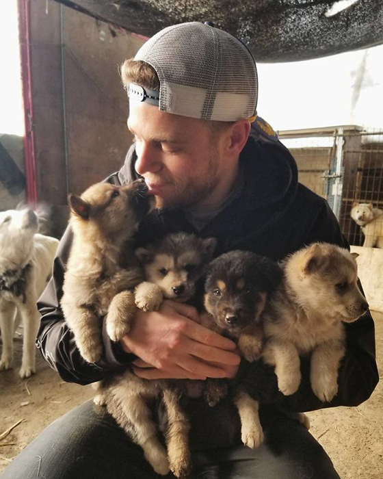 Недавно Гас попал в заголовки газет благодаря тому, что помог спасти 90 собак от неминуемой гибели.