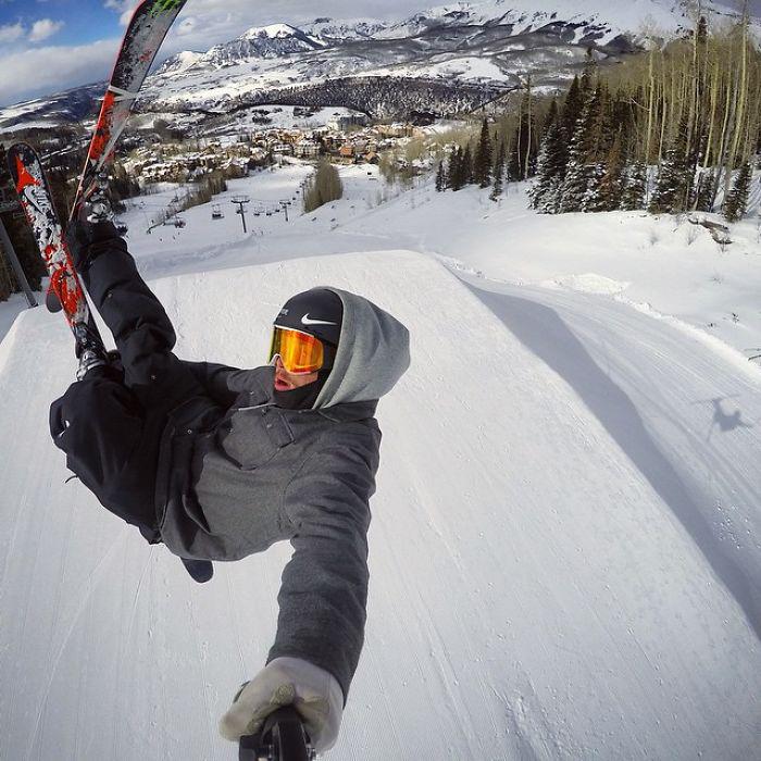 Гас Кенворти профессионально занимается лыжным спортом.