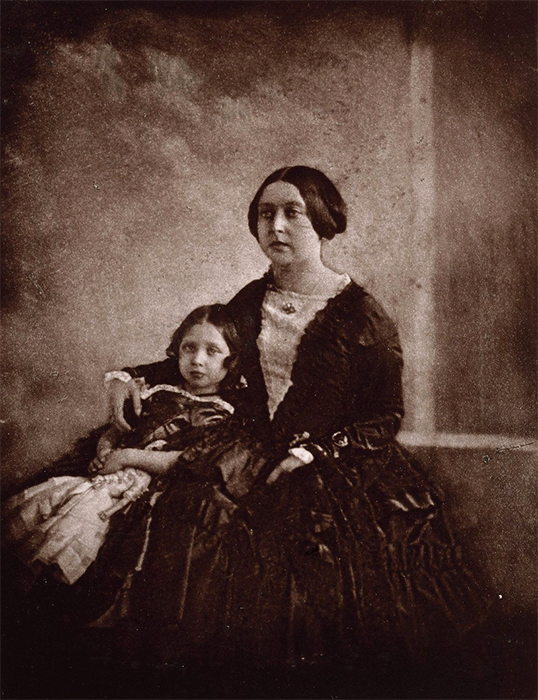 Самая ранняя из известных фотографий Виктории, на которой она со своей старшей дочерью, снято около 1845 года.