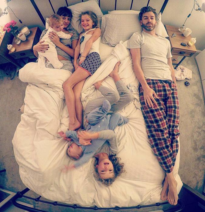 Для тех, кто в меньшинстве, выделено не больше 20 см кровати. Instagram father_of_daughters.