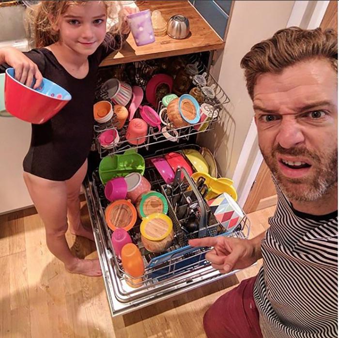 Содержимое посудомоечной машины выглядит так, будто здесь пробегал радужный пони. Instagram father_of_daughters.