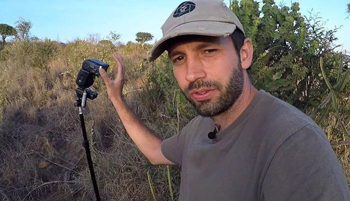Фотограф со одной из своих камер-ловушек.