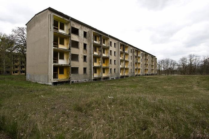 Заброшенные дома в олимпийской деревне.