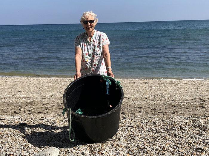 70-летняя Пат весь 2018 год убирала пляжи.