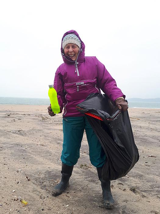 Пат начала убирать пляжи зимой.