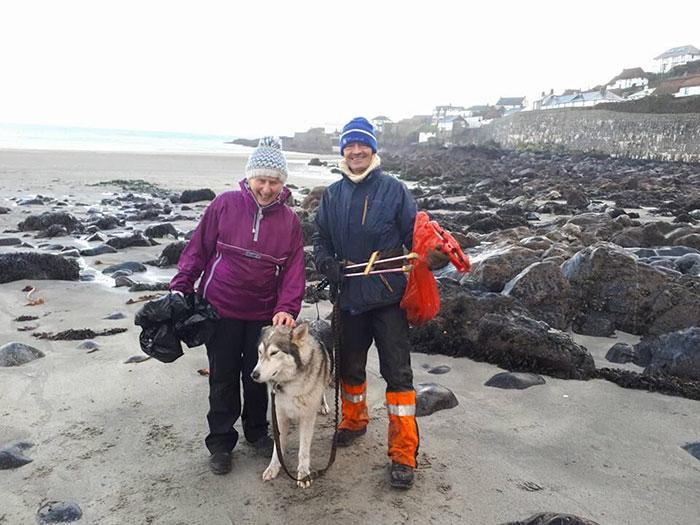Весь 2018 год Пат очищала пляжи Корнуолла.