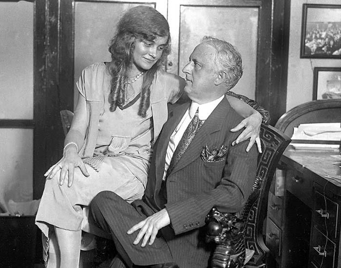 Эдвард Браунинг не смущался юности своей второй жены и охотно позировал с ней перед фотографами.