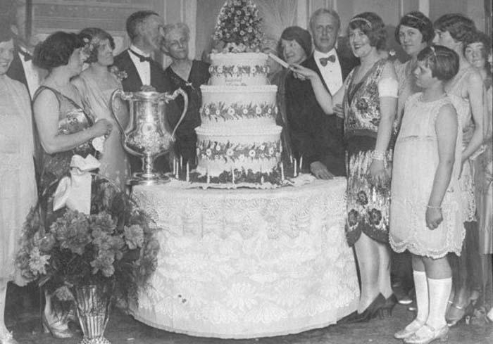 Пичес разрезает трехуровневый торт на свой день рождения. На запястье у девушки надет драгоценный браслет, который она также получила в подарок от мужа.