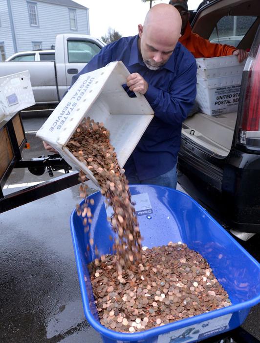Сотрудники пересчитывали монеты весь рабочий день.