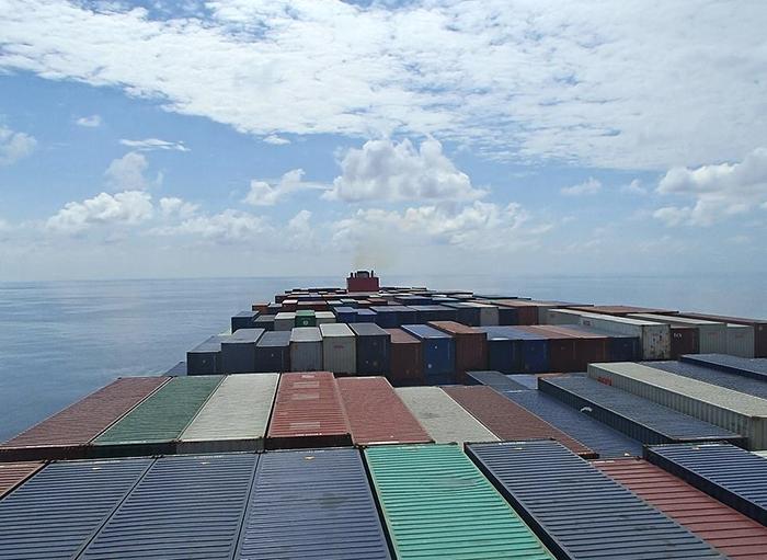 На контейнерном судне.