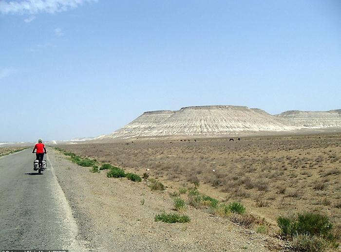 Июнь 2018 года. Пустынная дорога в Казахстане.