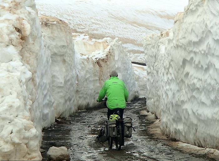 Питер едет сквозь снежную дорогу в Грузии, апрель 2018.
